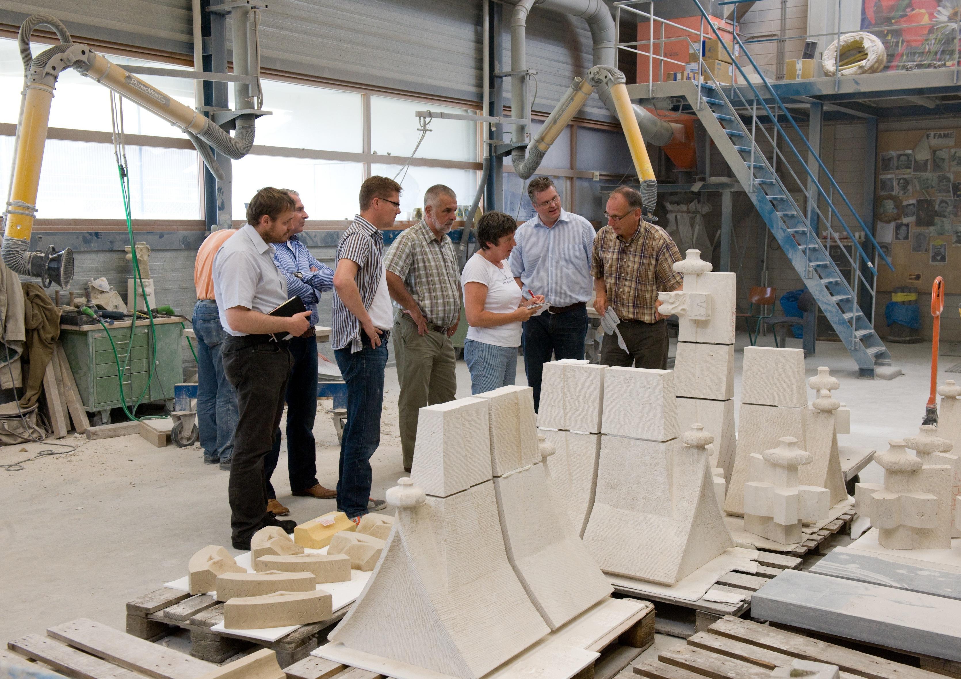 Het interviewen door Levien van medewerkers van steenhouwerij Maarssen in Utrecht, onder wie projectleider John van den Heuvel.